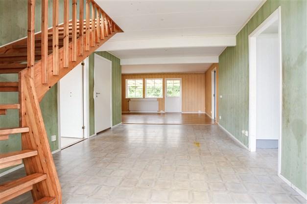 Välkommen in! Stor och rymlig hall med uppgång till övervåningen.