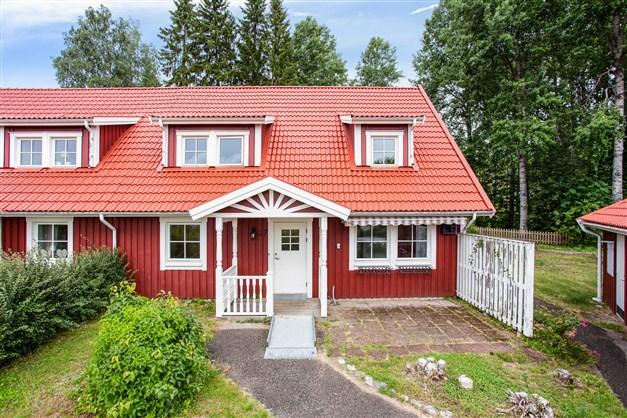 Välkommen till Kristinebergsvägen 27! Ett parhus (bostadsrätt) med fint hörnläge och carport intill.