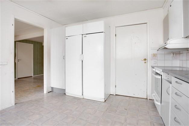 I köket finns ingång till tvättstugan.