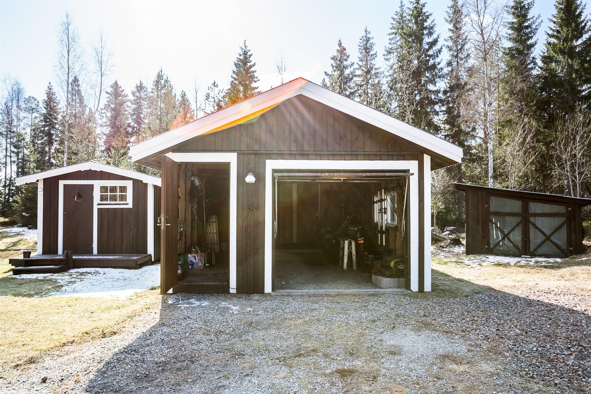 Från vänster - Friggebod, garage samt förrådsskjul.