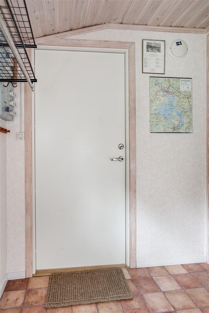Ljus hall med plats för ytterkläder, i anslutning finns dusch och mulltoalett.