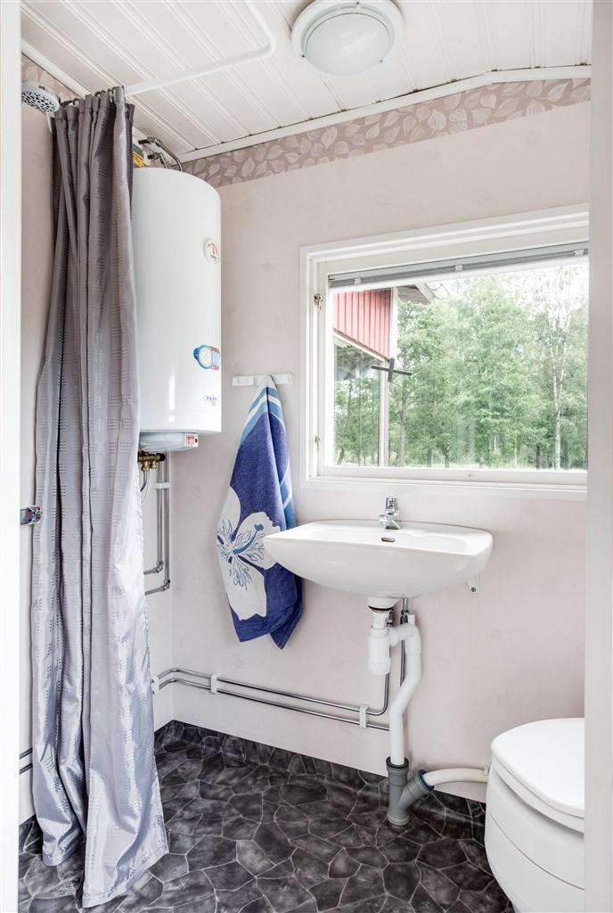 Nybyggd dusch och mulltoalett 2013 (kvalitetsdokument finns) med fönster mot sjön.