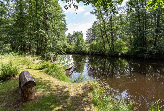 Vid ån som mynnar ut i sjön Väringen finns egen båtplats och enklare badplats.