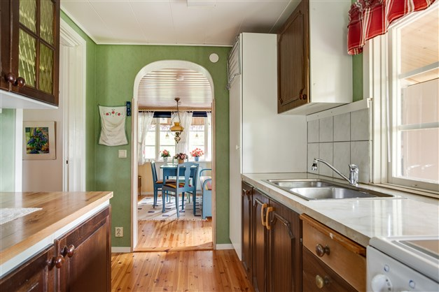Köket har bra arbetsytor för den som gillar matlagning.
