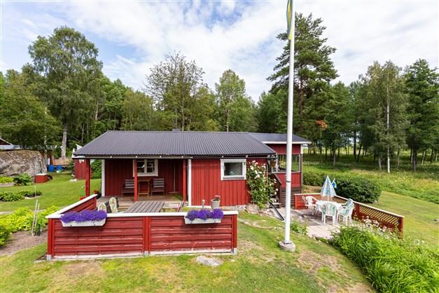 Runt fritidshuset finns flera uteplatser, här kan man välja om man vill sitta i solen eller skuggan.