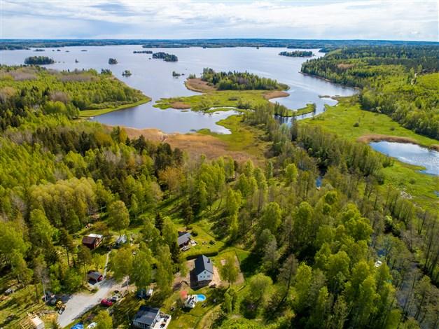 Sjönära fritidshus vid sjön Väringen med stor tomt vid vägs ende. En perfekt plats för sommarens lata dagar!
