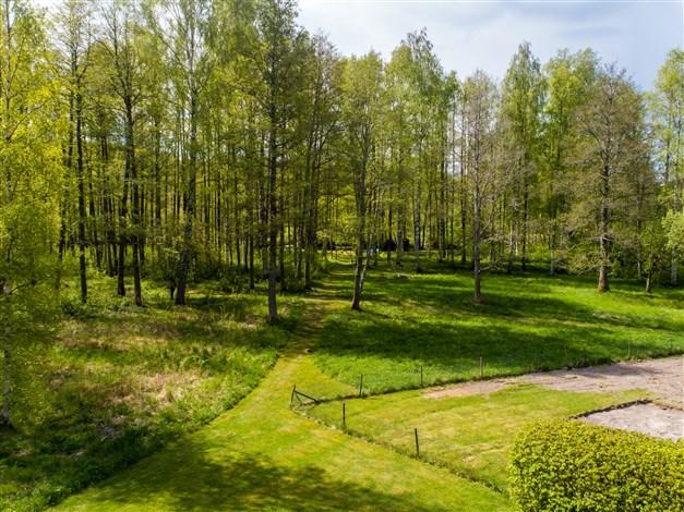 Gräsväg ner till ån där egen båtplats och enklare bad finns.