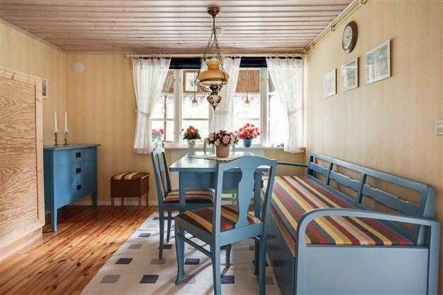 I matrummet finns nedfällbar säng.