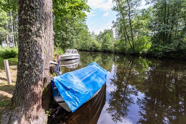 Båtplats vid ån.