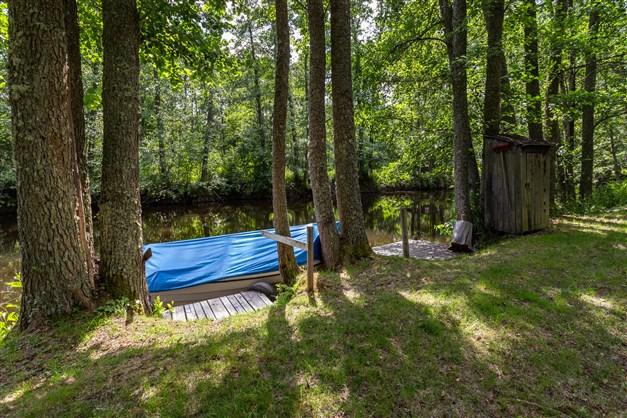 Egen båtplats och enklare badplats nere vid ån.
