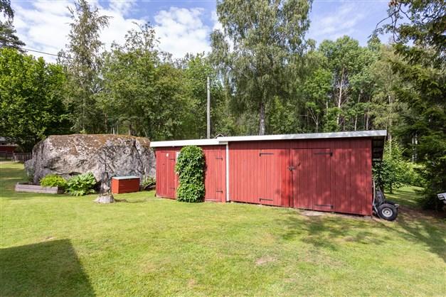 På tomten finns ett uthus med förråd, redskapsbod , vedbod, utedass mm.