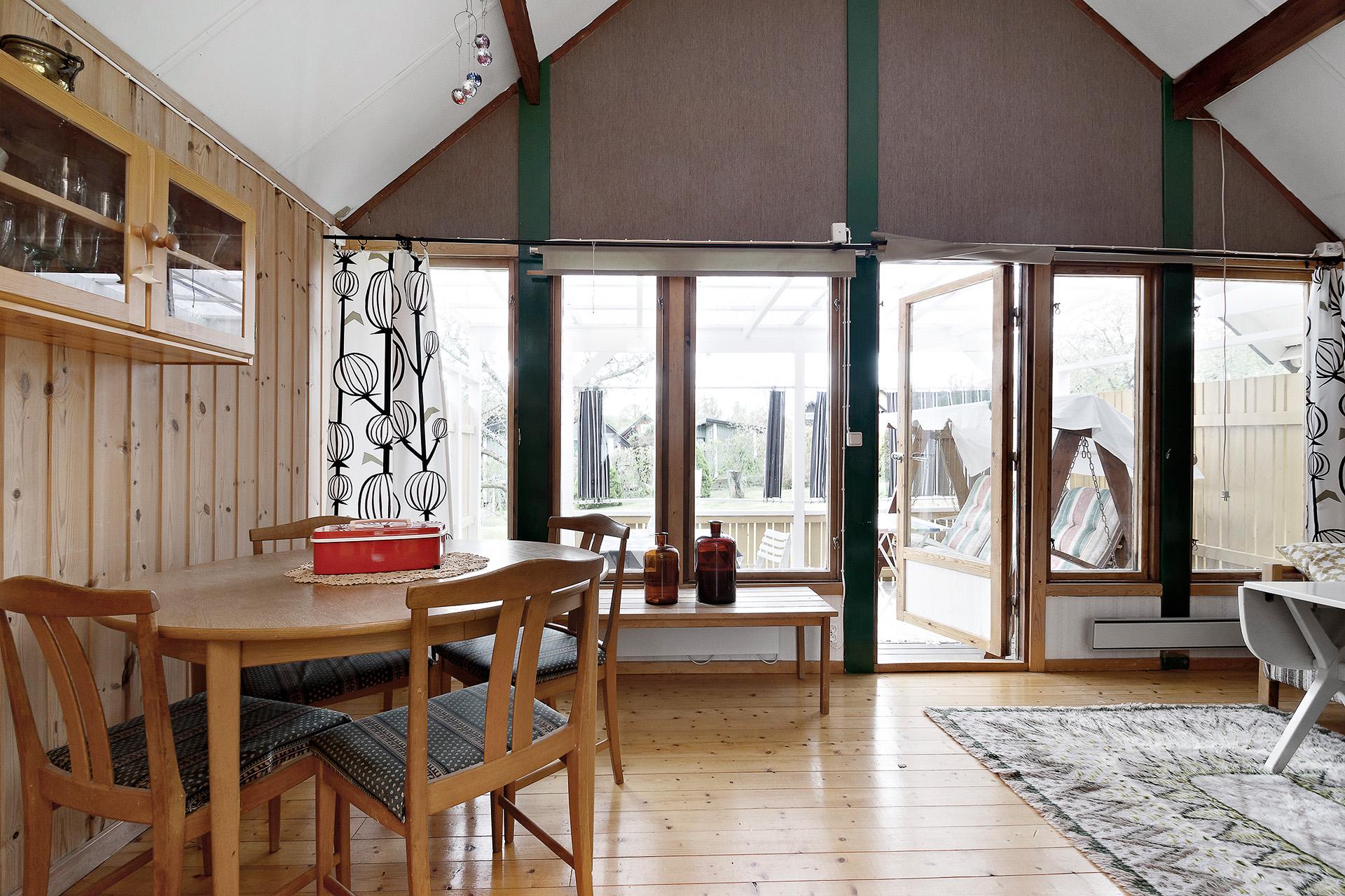 Fina trägolv i både kök och vardagsrum.