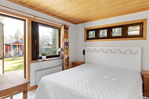 Rymligt sovrum med utgång till en stor altan