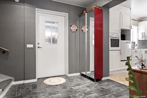 Hall med ingång till kök och vardagsrum
