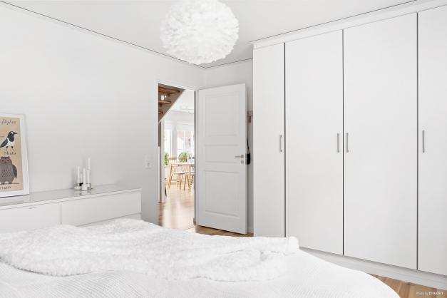 Sovrum 1 med platsbyggda garderober