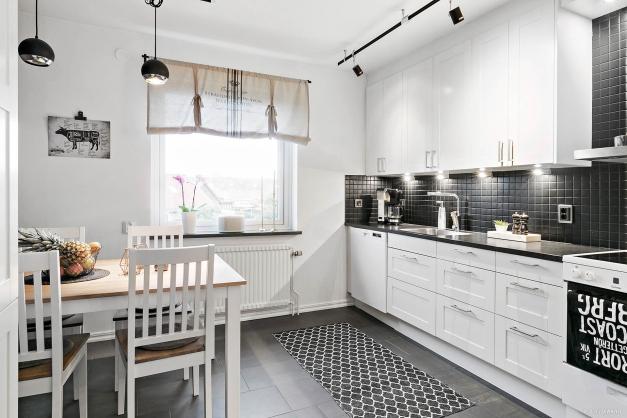 Ljust och modernt kök med klinkergolv