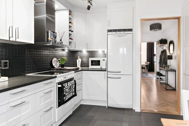 Välkommen till en 3:a där man skapat ett vackert hem med stilsäkra materialval!