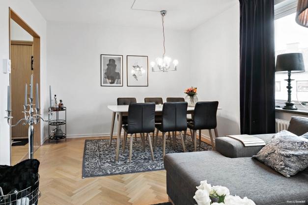 Sköna kvadratmeter i vardagsrummet med plats för både soffa och matbord
