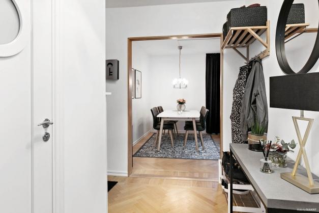 Fiskbensparkett i både hall, vardagsrum och i ett av sovrummen