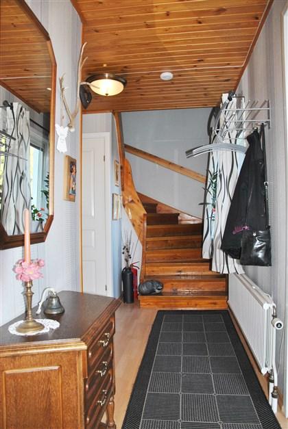 Trappan till ovanplan och källare (dörren t.v.)