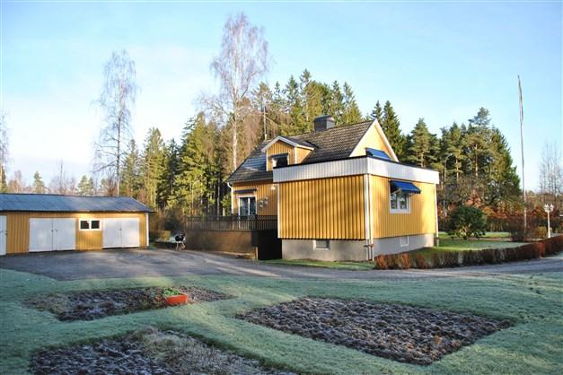 Huset mot söder. Del av trädgård med trädgårdsland