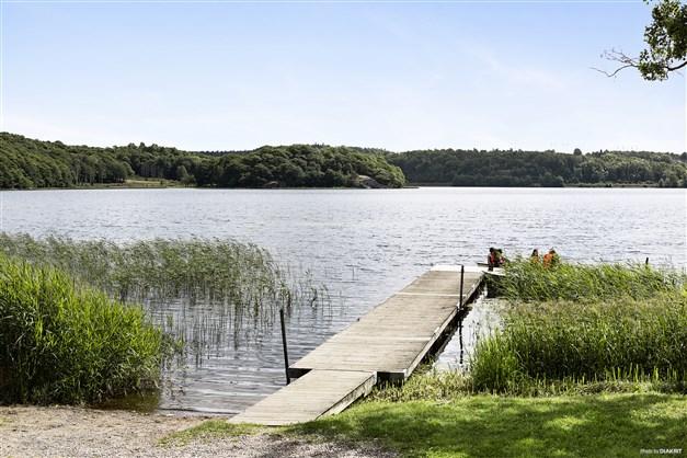 STENSJÖNS BADPLATS - Brygga och liten sandstrand