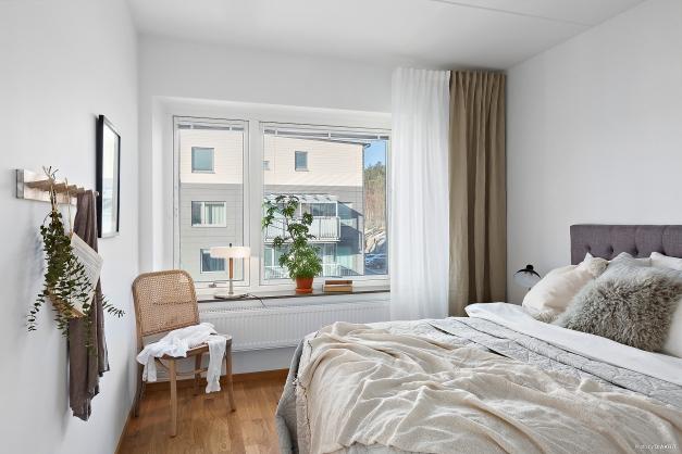 SOVRUM 2 - Största sovrummet med stora fönster och plats för dubbelsäng