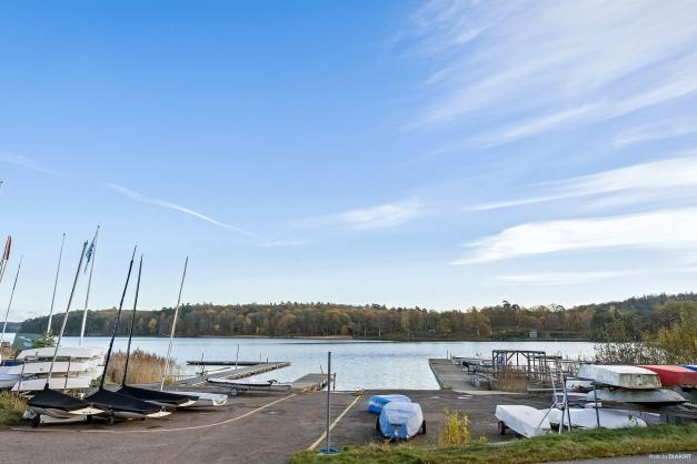 RÅDASJÖN - Här finns både fina badplatser, segelklubb och roddklubb