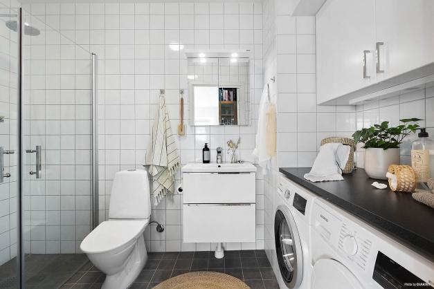 BADRUM - Stor tvättavdelning med arbetsbänk och förvaring