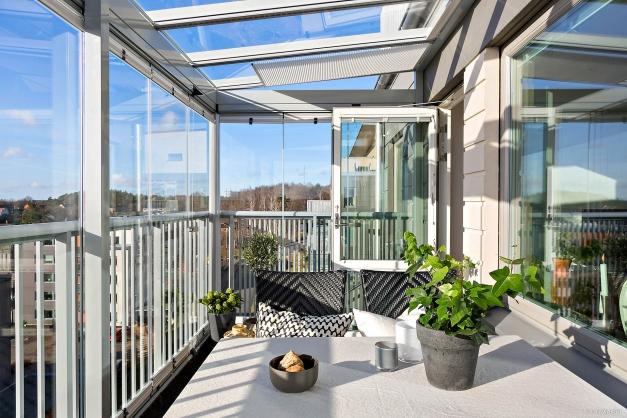 INGLASAT UTERUM - Härliga öppningsbara stora fönsterväggar och fint glastak med persienner och ledbelysning