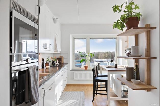 KÖK - Ljust härligt kök med vid utsikt