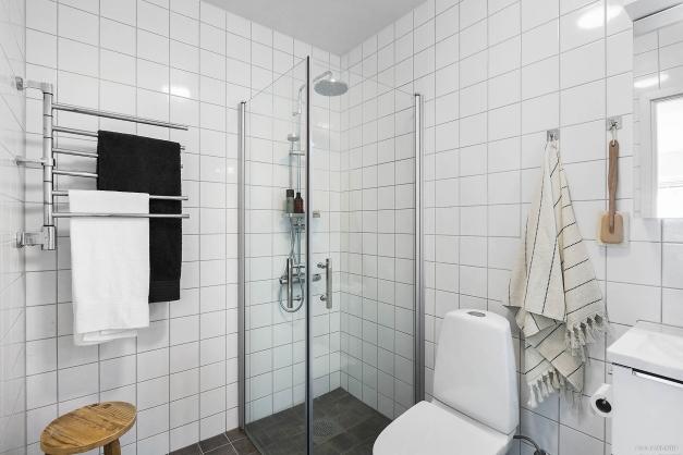 BADRUM - Helkaklat stort badrum med takdusch och handdukstork