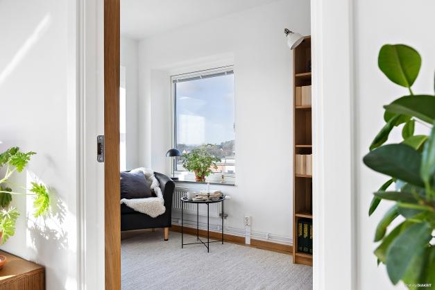 SOVRUM 1 - Ljust sovrum som idag används som bibliotek