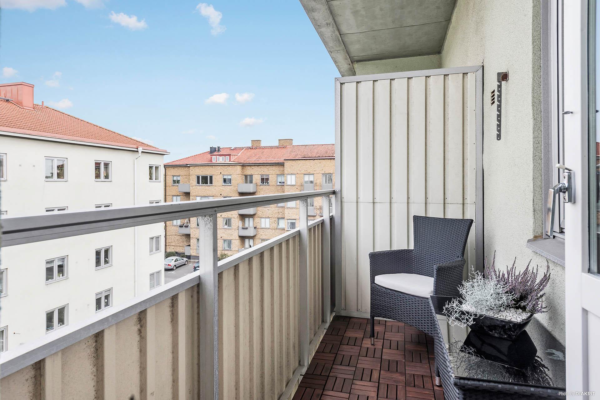 Schysst balkong där både bord och stolar får plats eller varför inte en liten lounge hörna?