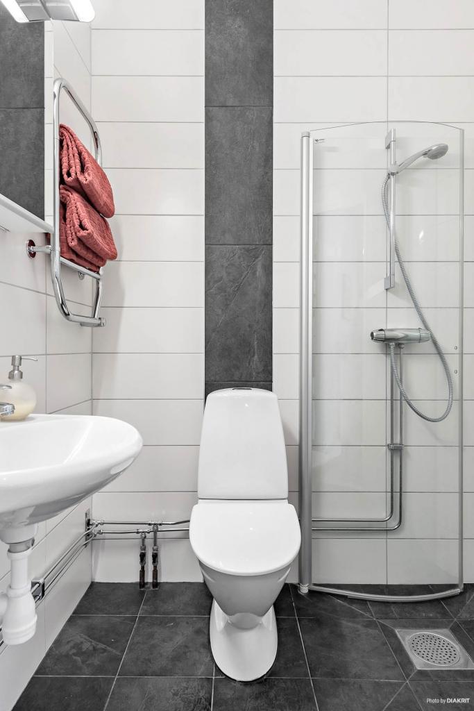 Badrum med dusch, wc och handfat samt handdukstork. kakel och klinker samt elgolvvärme. Gjort 2016