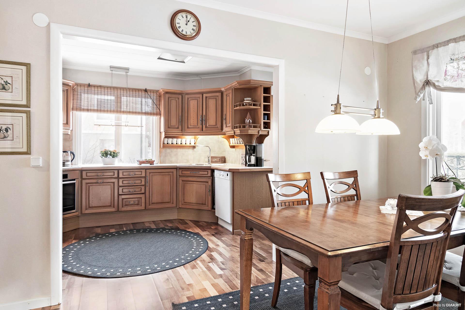 Kök och matrum. Från matrummet utgång till stor balkong