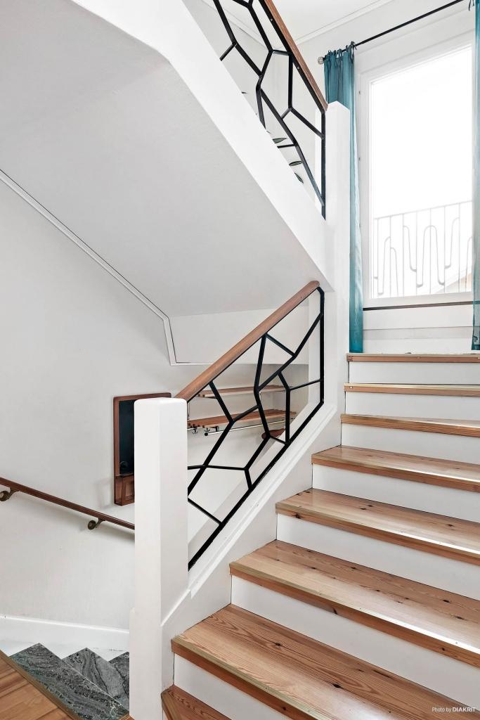 Bred trapp med avsats och fransk balkong