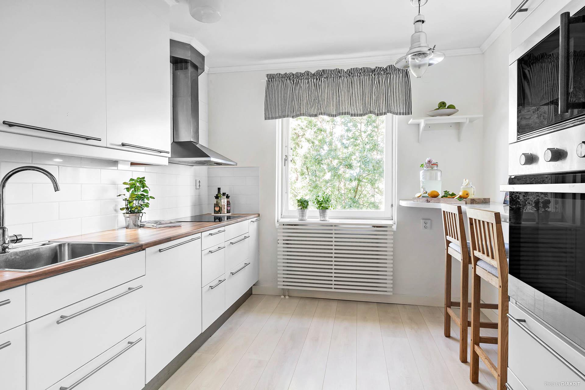 Ljust kök med rostfria vitvaror
