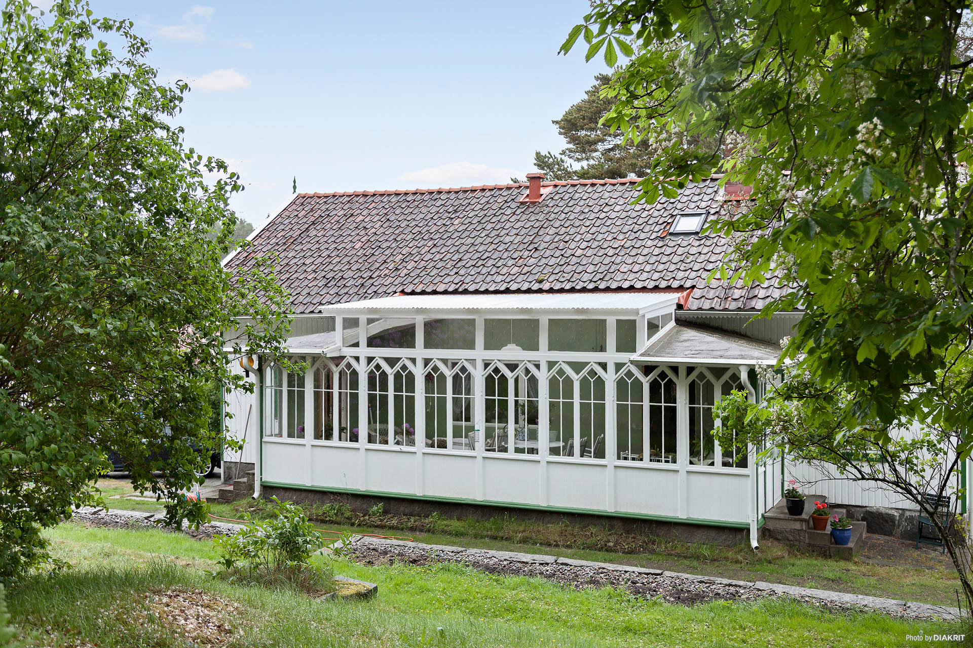 Baksidan av huset och uterummet.