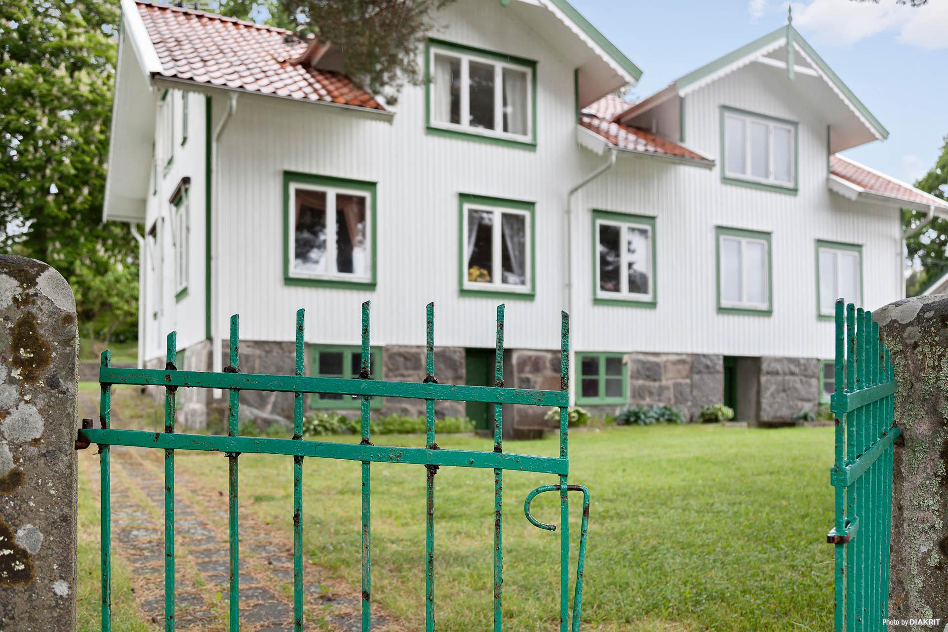 Öppna grindarna och gå upp till denna magnifika villa i Rossö hamn.