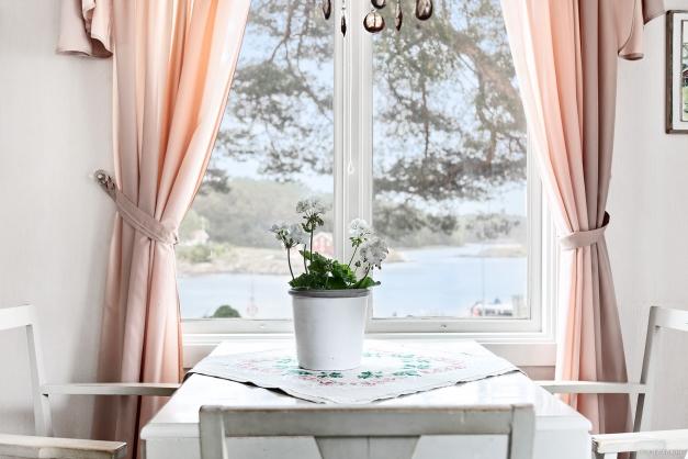 Matbord med utsikt över Rossö Hamn
