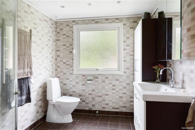 Helkaklat badrum med golvvärme.