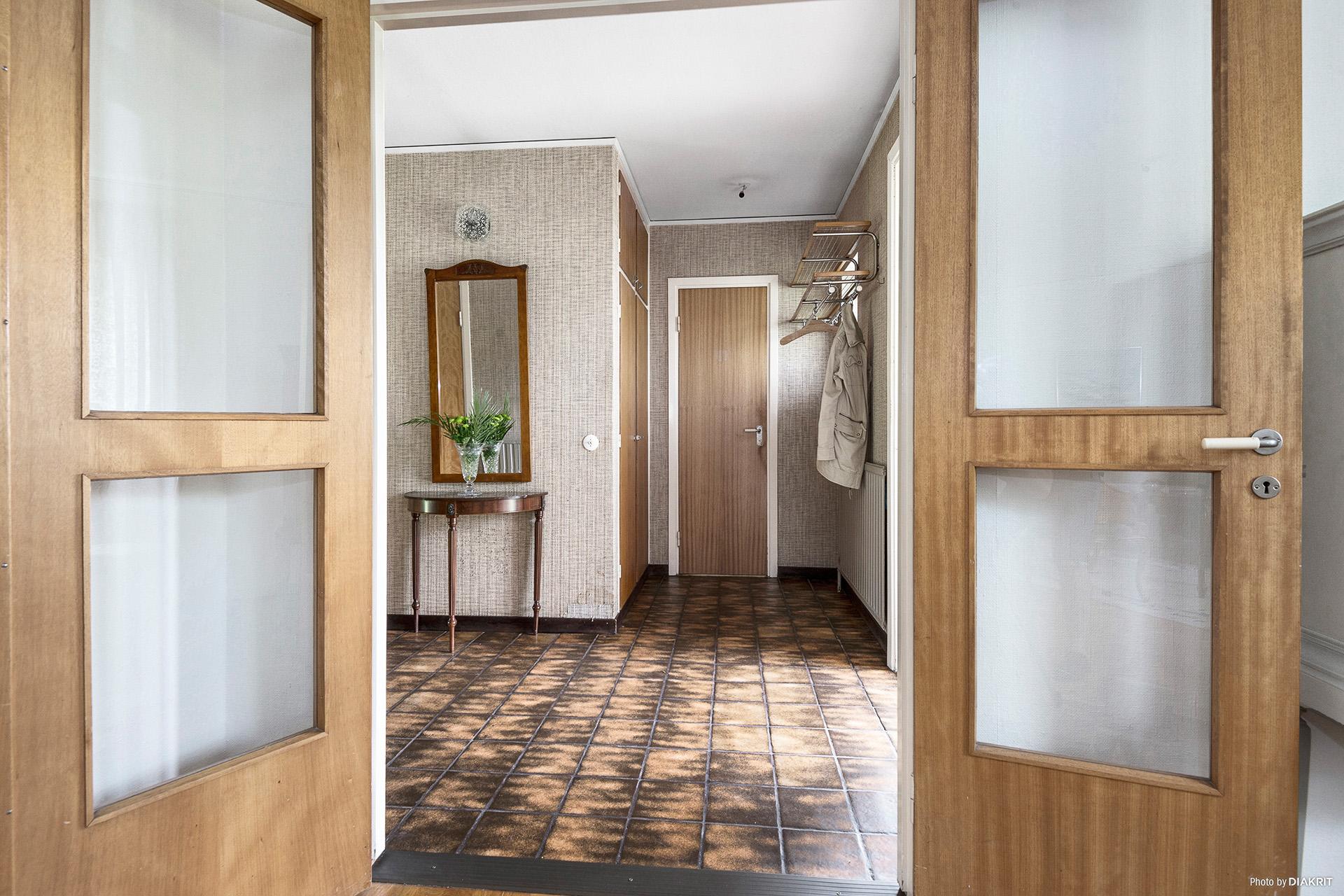 Hall med ingång till vardagsrum