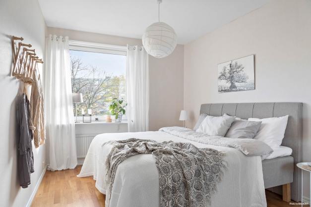Rymligt master bedroom med gott om garderober och förvaring