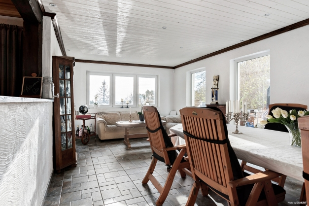 Härligt rum med klinkergolv och mycket fönster.