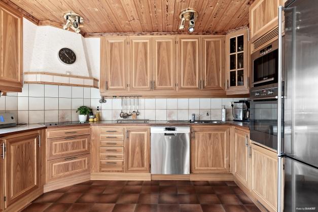 I köket har du bra bänkyta och gott om förvaring.