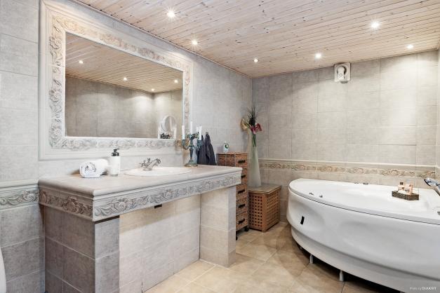 Även i källaren finns ett helkaklat badrum.