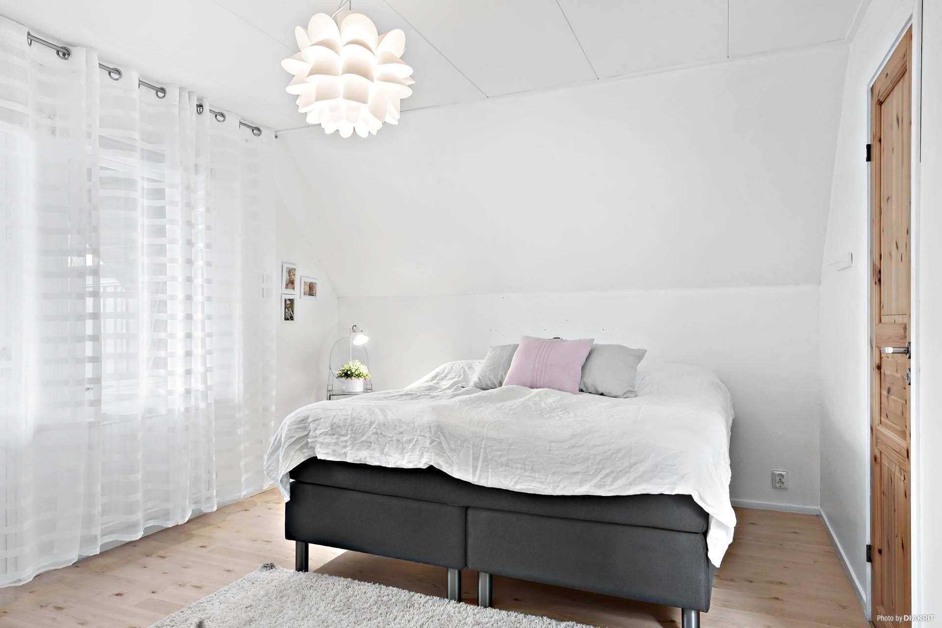 Luftigt sovrum med klädkammare strax intill.