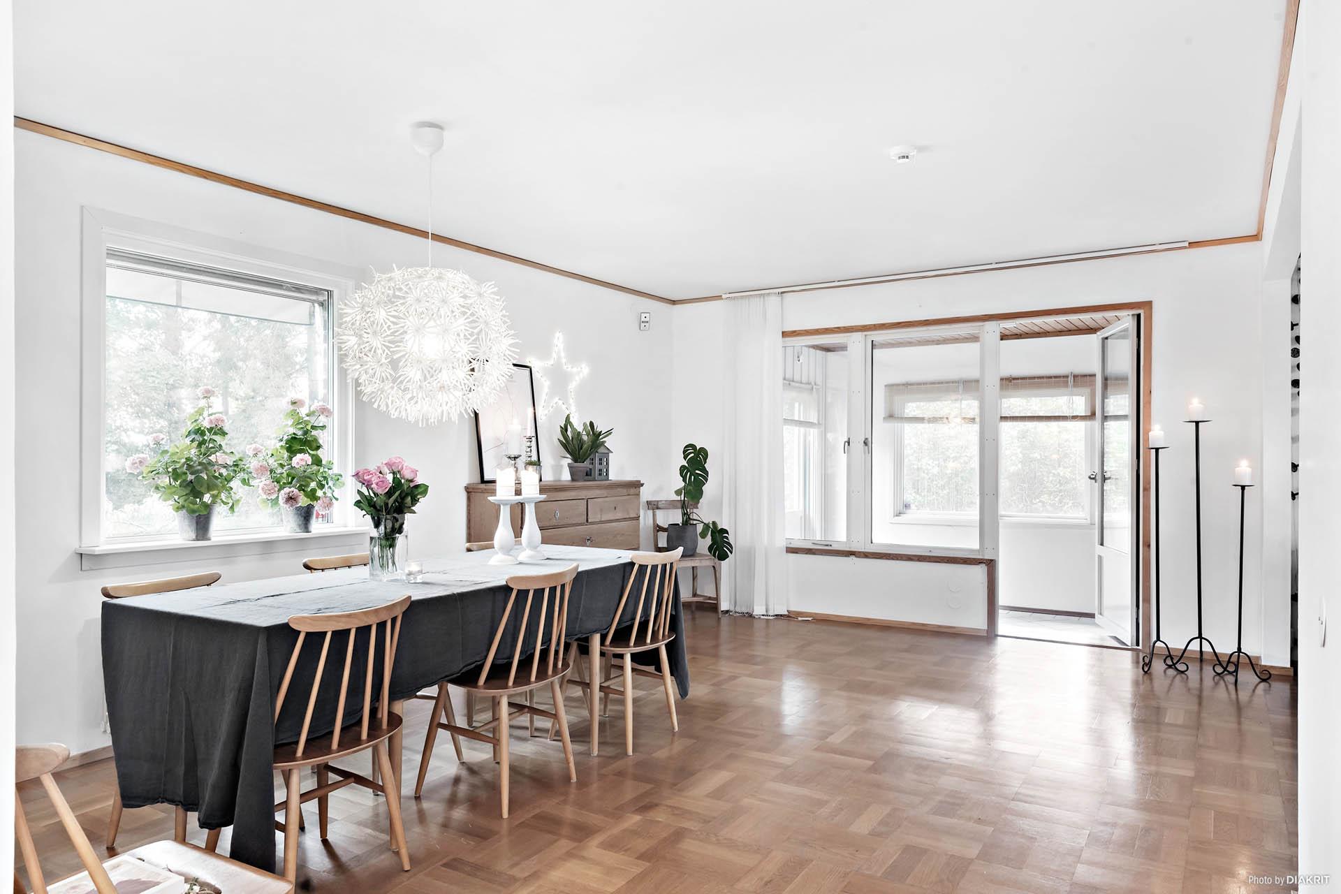 Härligt med plats i vardagsrummet, här finns plats för både matbord och soffa.