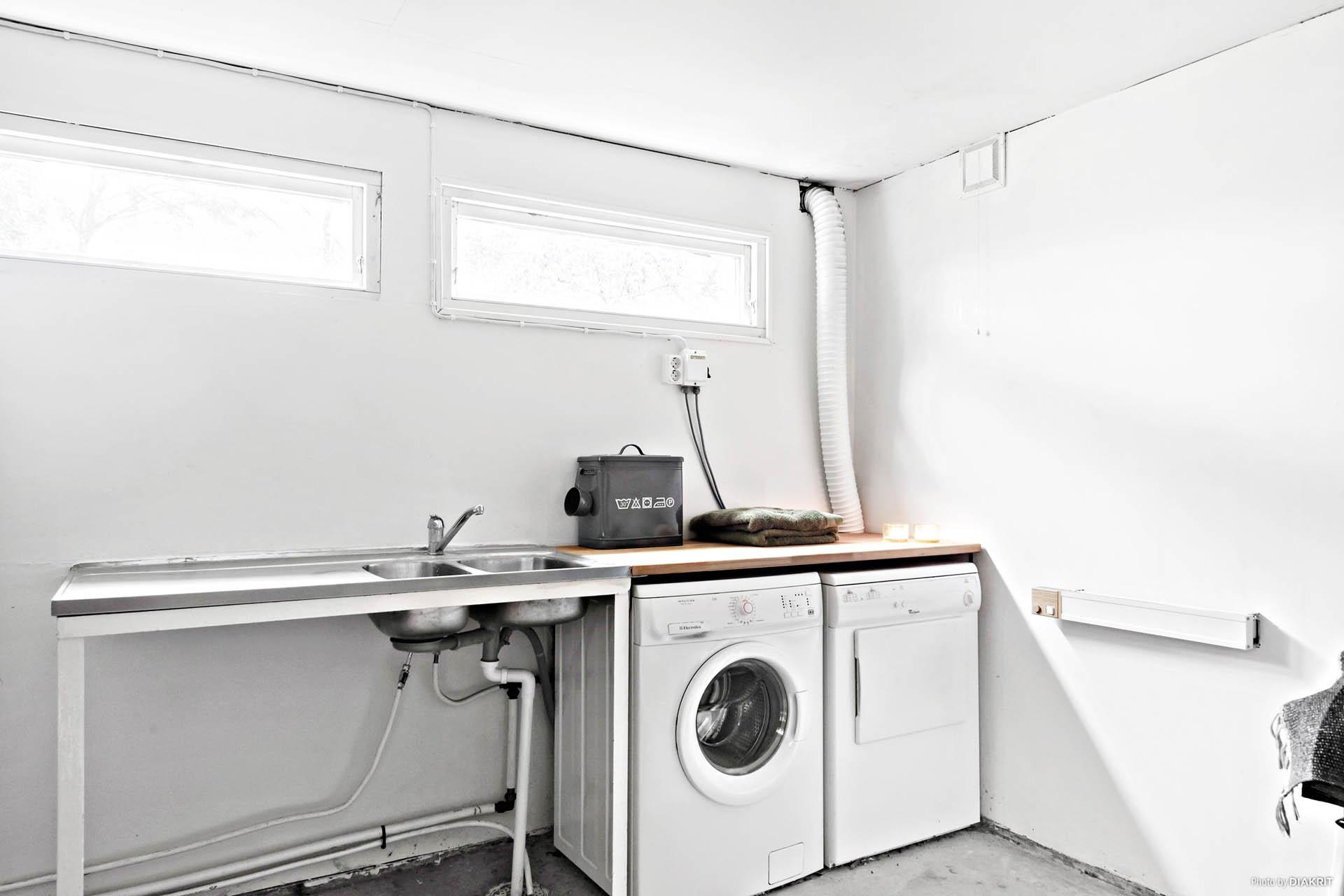 Tvättstugan och förrådet nås från uterummet.